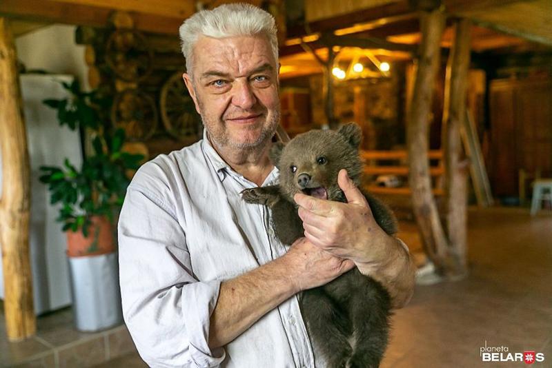 В Белоруссии маленький медвежонок пришел к людям